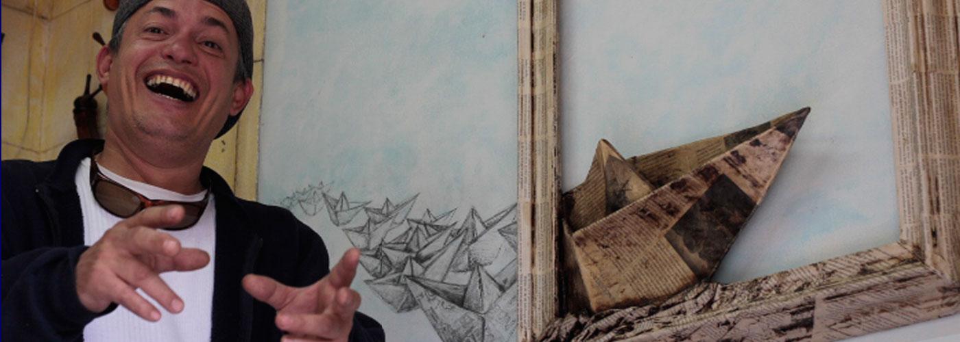 """Artista Plástico Roberto Jiménez Hidalgo frente a la Obra """"piloteando un Sueño"""""""