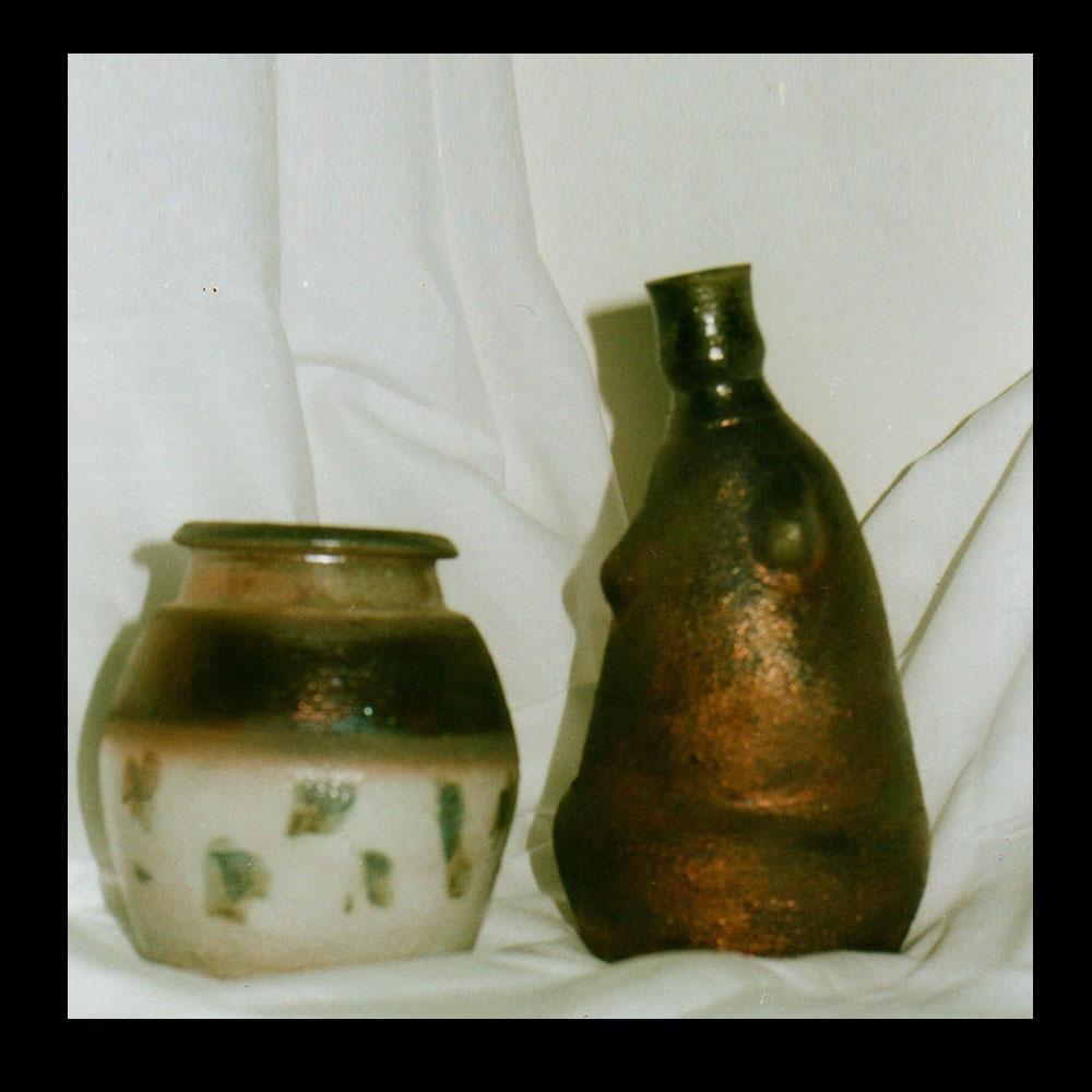 Exposición de Cerámica La Vasija, 2 piezas de vasijas Autor Roberto Jiménez