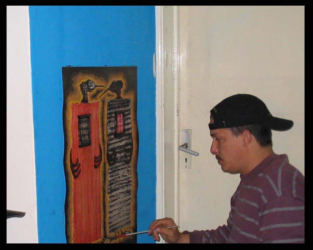 Artista Plástico Roberto Jiménez Hidalgo pintando la obra plática entre mohicanos