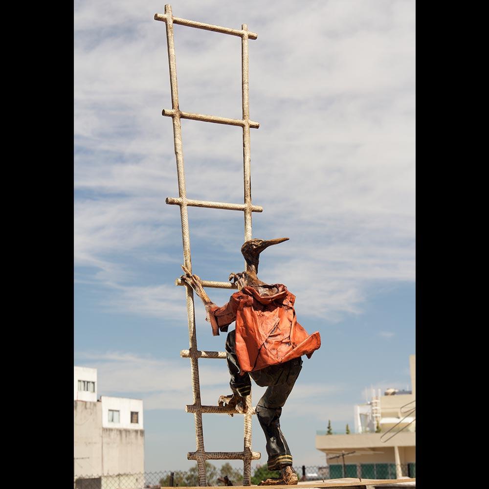 Liberfreeden con alas. escultura papel mache Roberto Jiménez